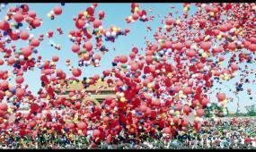 欢庆气球飞舞实拍视频素材