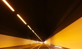 驾车飞速穿过隧道