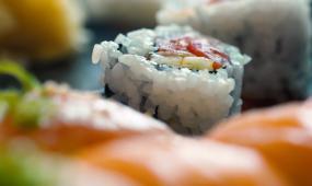 日本寿司制作切三文鱼实拍日式美食拉面